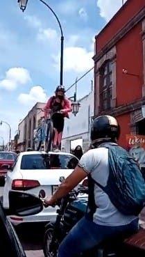 Ciclista pasa por encima del vehículo que obstaculiza el carril para las bici