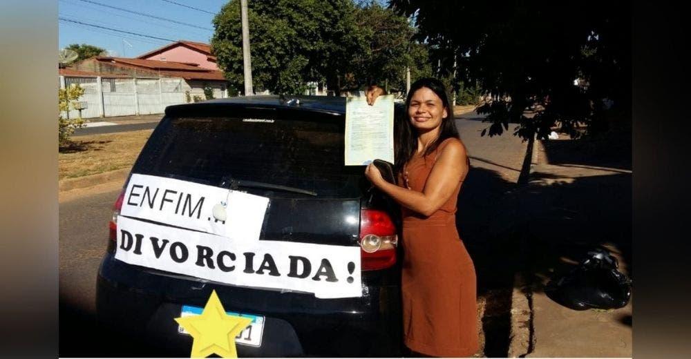 «Al fin divorciada» – Celebra que terminó su relación de 10 años con un cartel en su auto