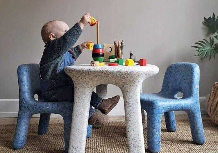 Sillas y mesas infantiles hechas de plástico reciclado
