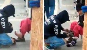 Un joven se detiene para ofrecerle abrigo y dinero a una humilde anciana sin hogar