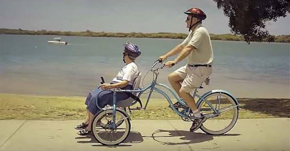 Un hombre crea una bicicleta especial para pasear con su esposa con Alzheimer