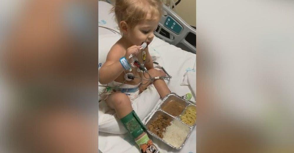 Los bomberos celebran el rescate de un niño de 2 años atrapado con su familia